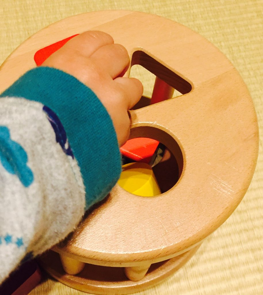 カラフルプルトーイで遊ぶ子ども 2