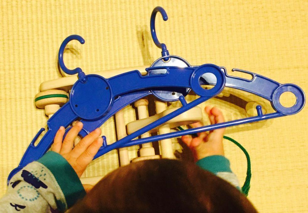 カラフルプルトーイで遊ぶ子ども